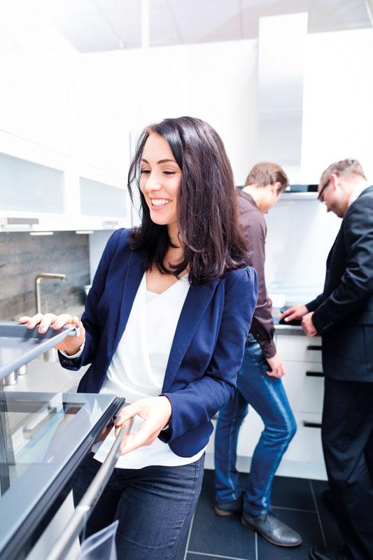 Simones Küchenblog, Paar beim Küchenkauf im Möbelhaus, Küche kaufen